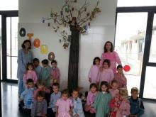 árbol con búhos y niños